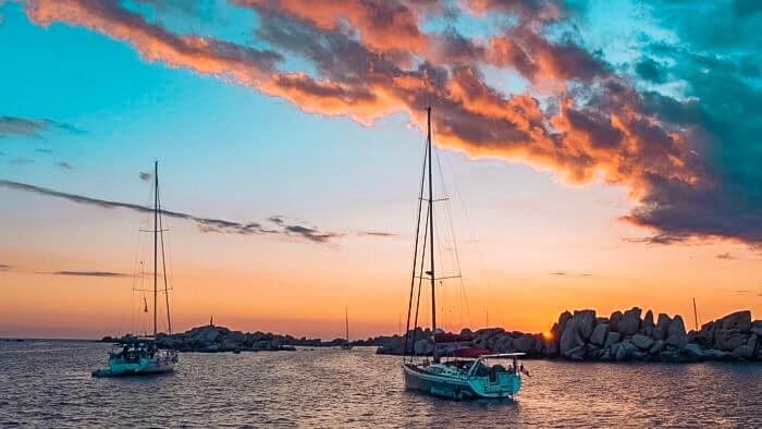 spektakulärer Sonnenuntergang auf Sardinien im Mittelmeer