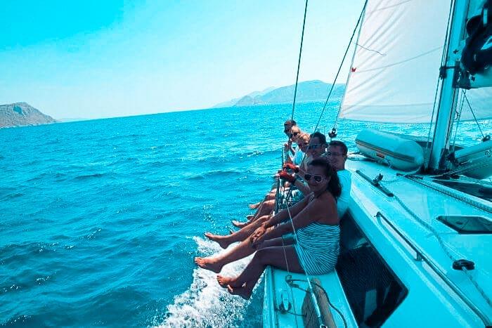 Segelspaß, über das Wasser fliegen, Beine baumeln lassen, Ausblick genießen