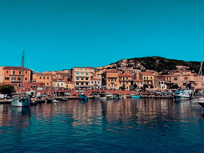 Aussicht von Yacht auf italienische Riviera mit Teracotta-Häusern