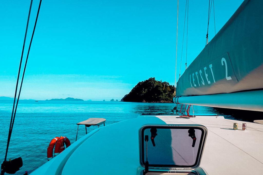 Traumhaft grüne Inseln und sattes blaues Meer - Segeln in Thailand | sailwithus