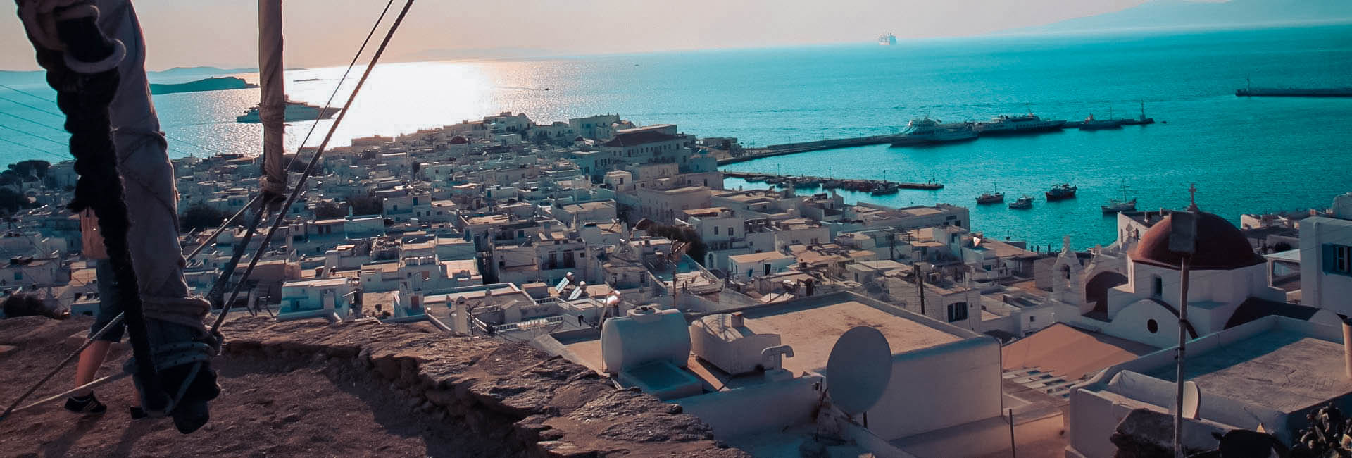 wunderschöne weite Sicht über das Mittelmeer über den Dächern einer Stadt in Griechenland