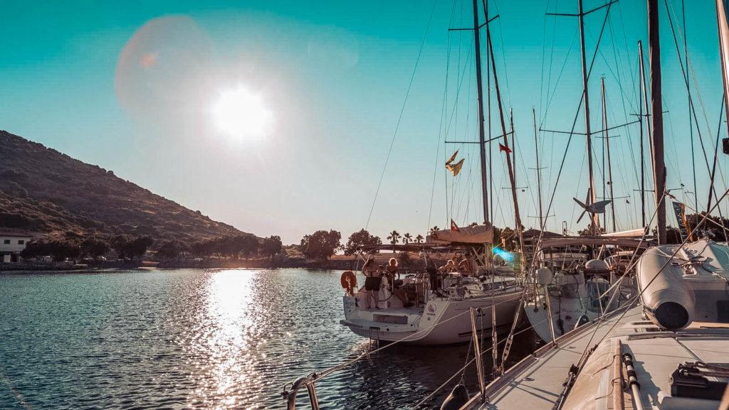 Die Sonne genießen an Deck der Segelyacht