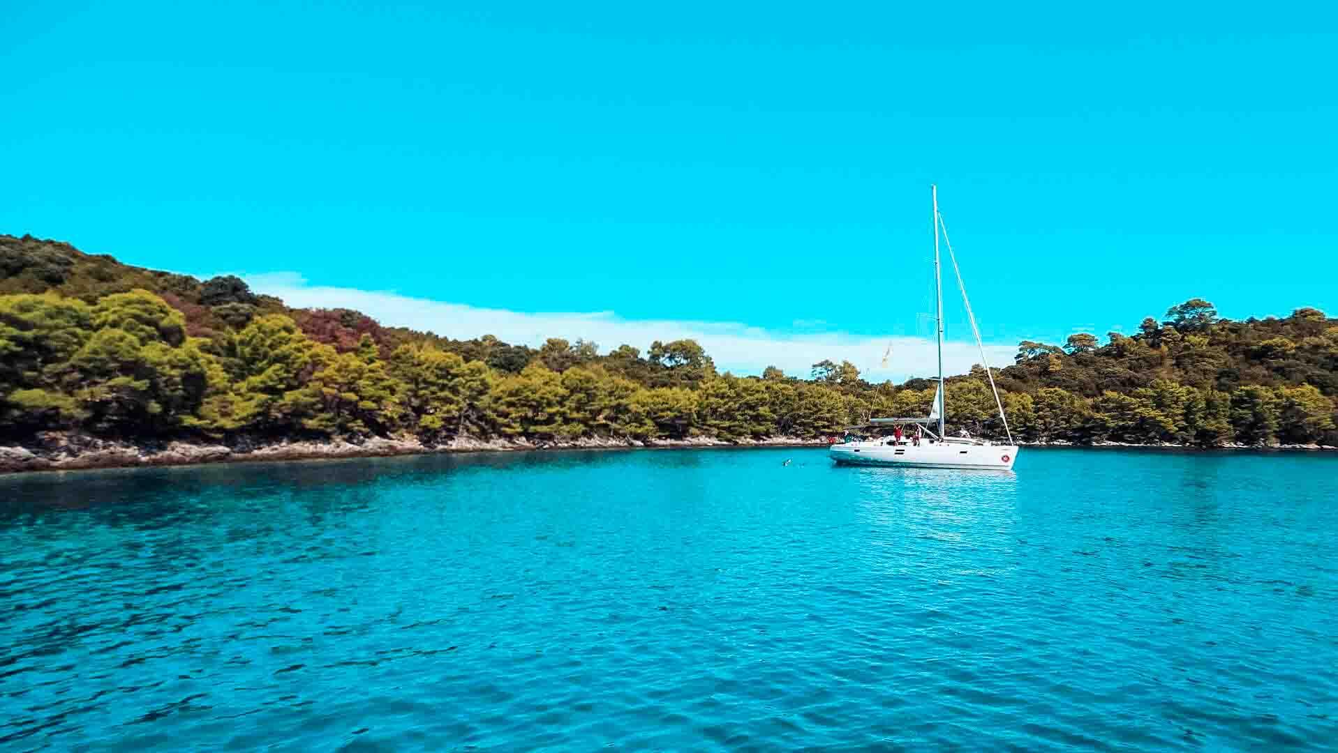 Segelyacht in traumhafter Bucht l sailwithus