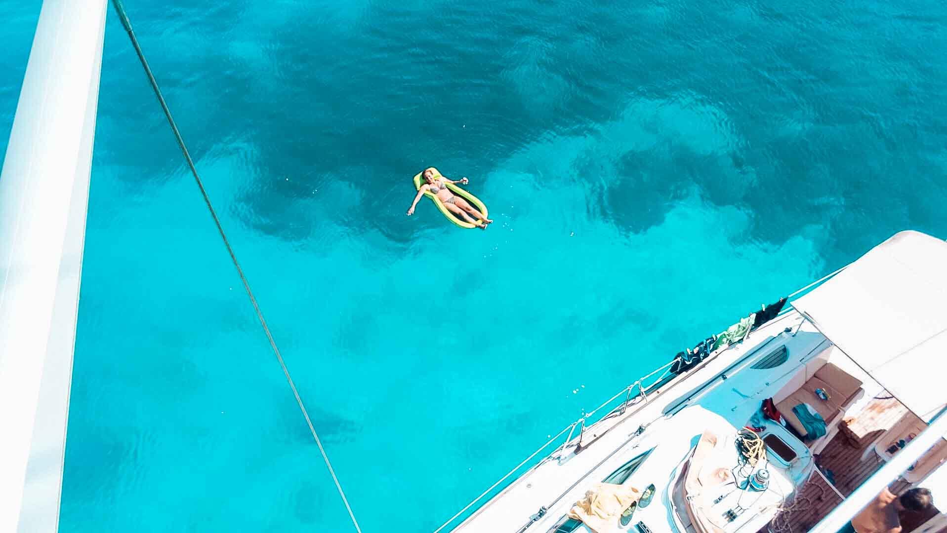 Wasserspaß und Entspannen beim Segeln