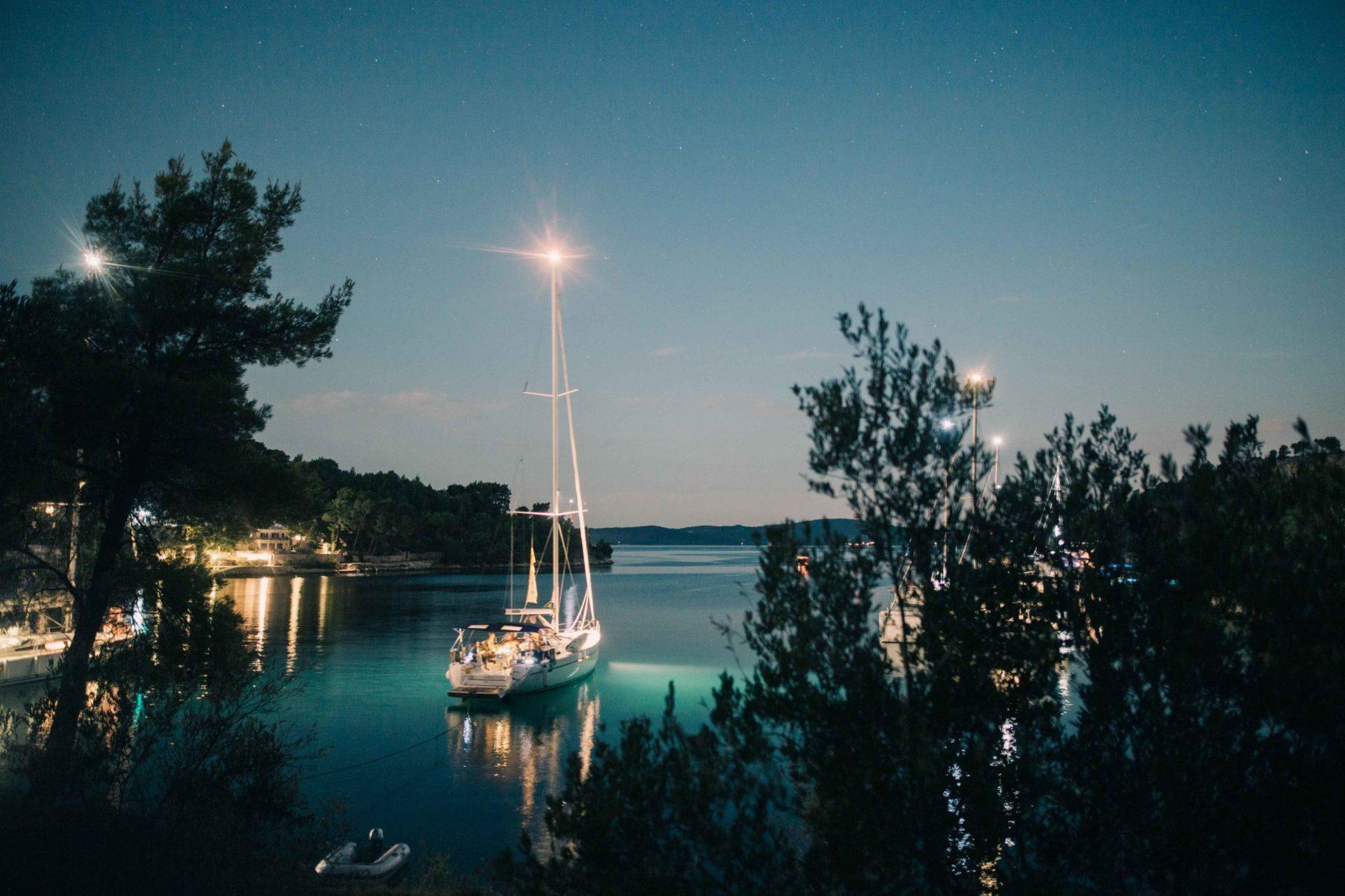 Der nächtliche Ausblick über die Bucht mit der Segelyacht ist einfach bezaubernd | sailwithus