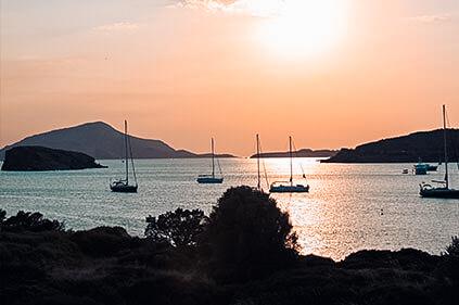 Yachten liegen in wunderschöne Bucht bei Sonnenuntergang l Sailwithus