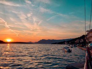 Der Sonne hinterherschauen beim Segelurlaub im Mittelmeer   Youngline Segeltörn sailwithus