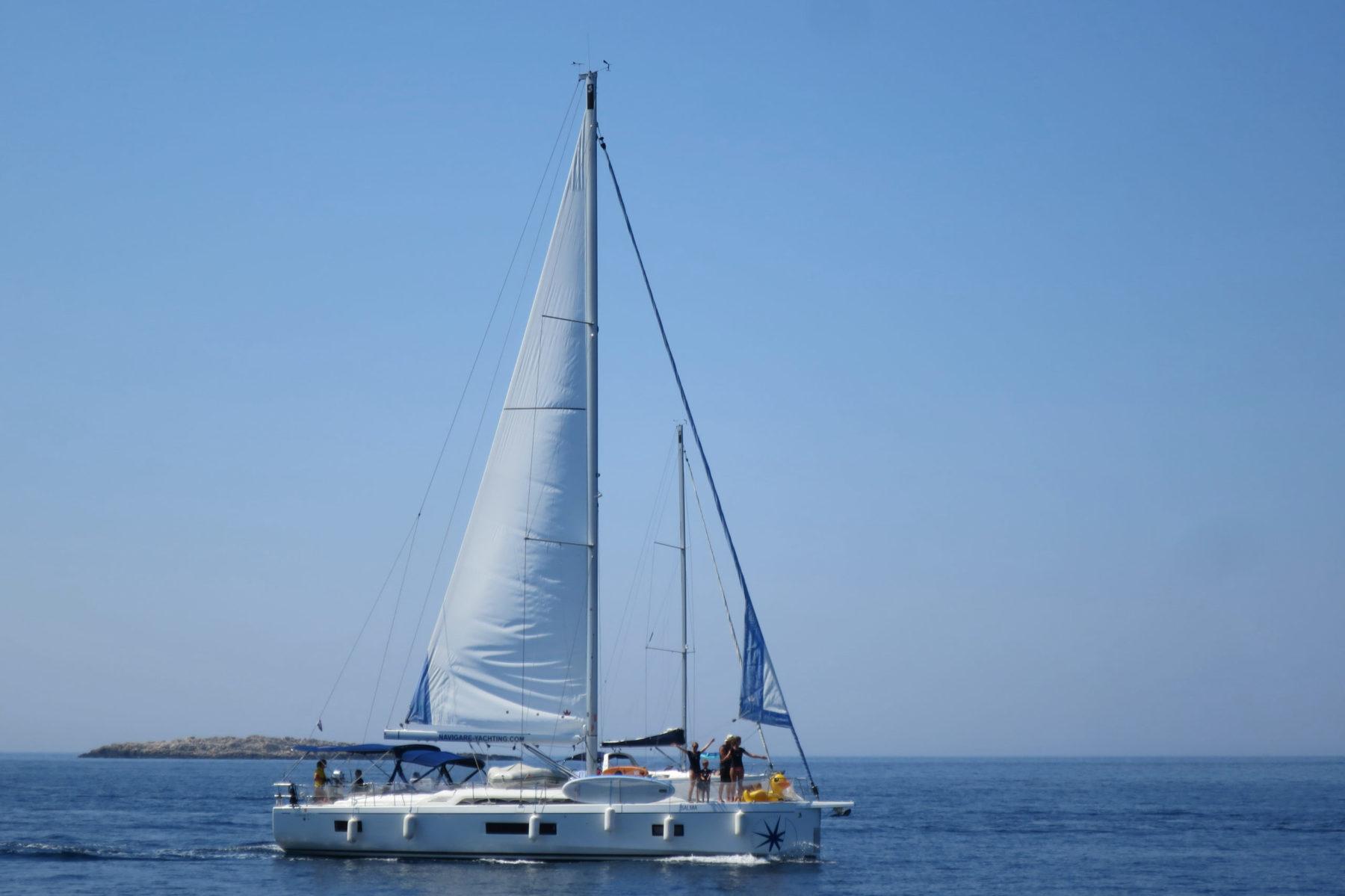 Die Yacht liegt im weiten blauen Meer | sailwithus