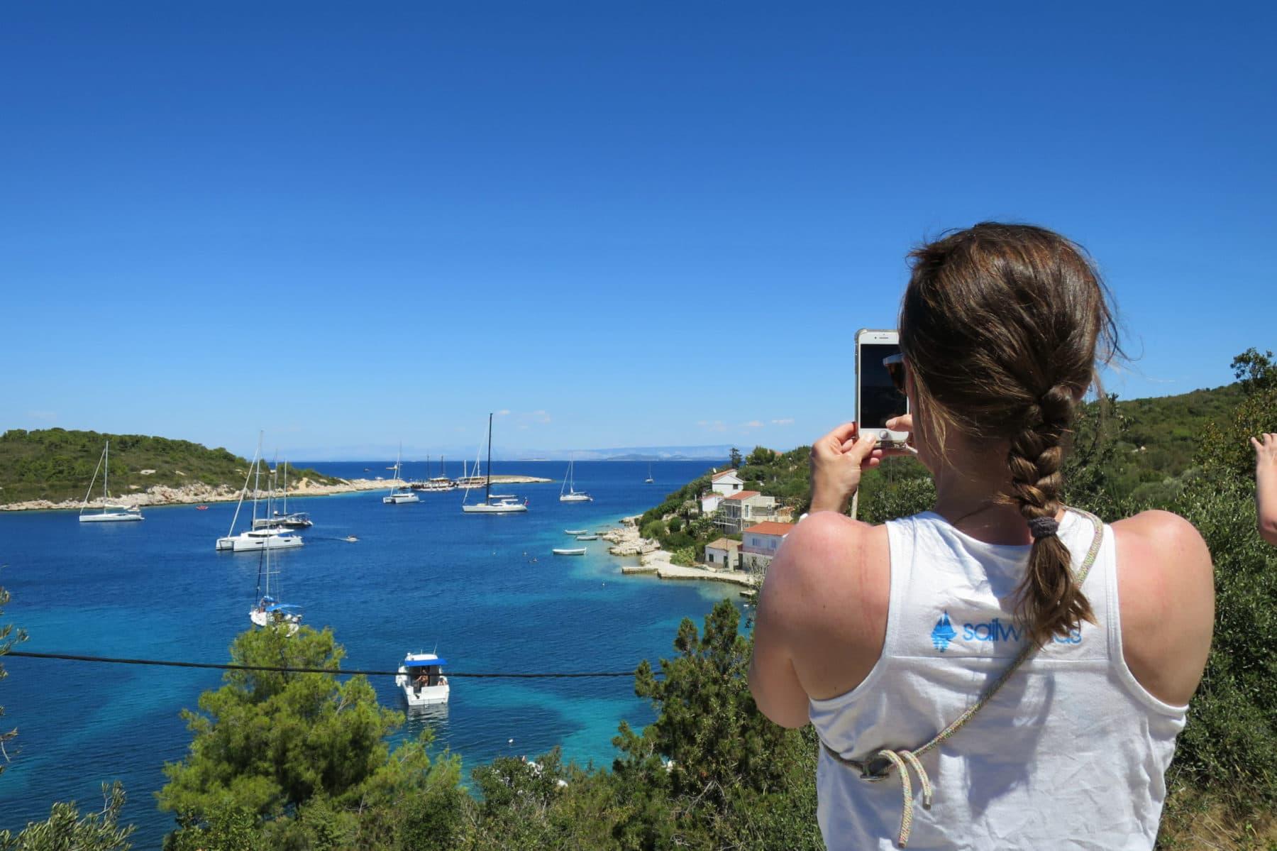 Genieße den Ausblick auf Eure Yacht, die in einer wunderschönen Bucht auf Euch wartet | sailwithus