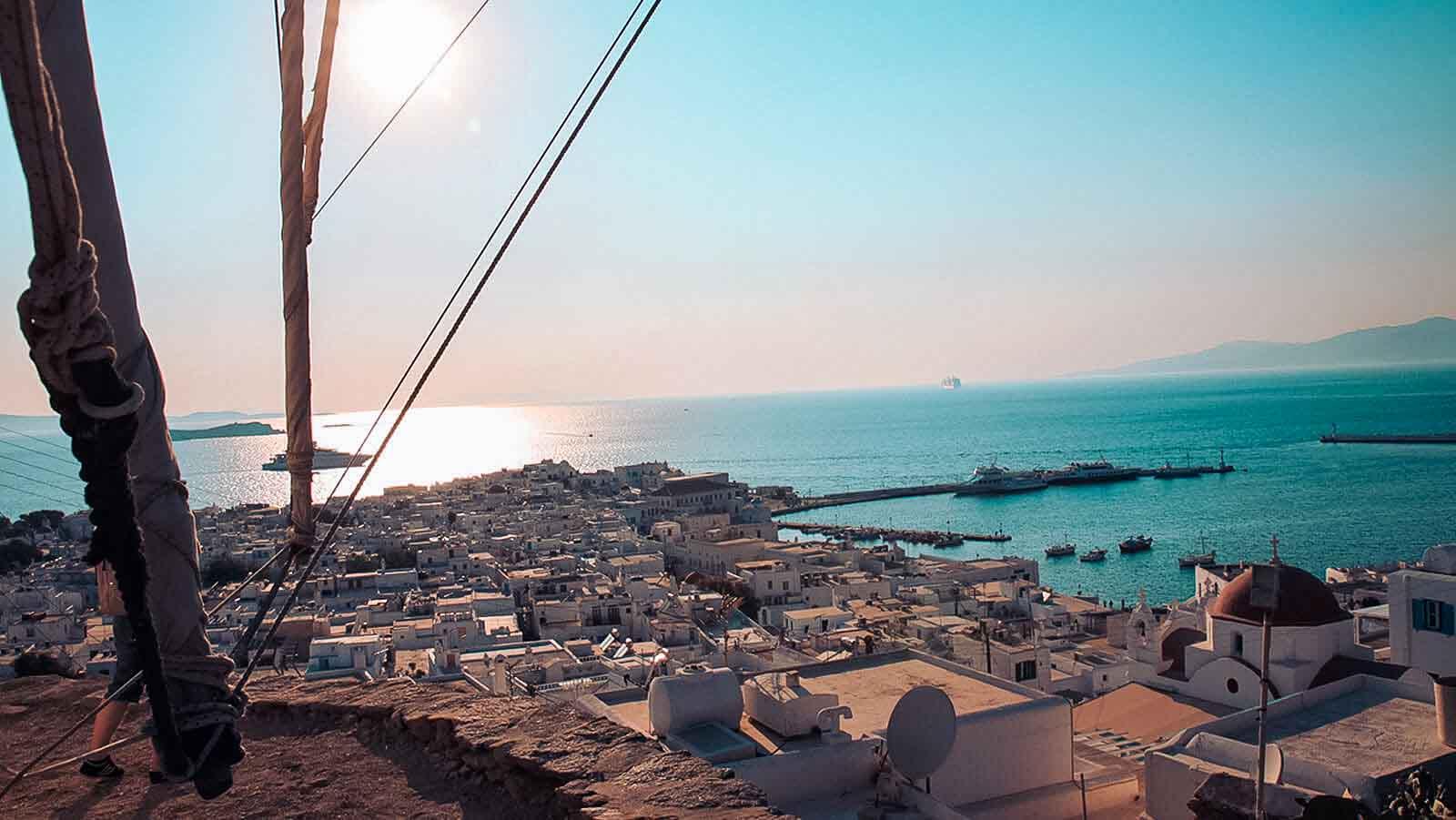 Traumhafte Aussicht über griechische Hafenstadt