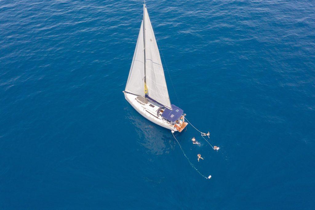 Yacht auf weitem blauen Meer | sailwithus