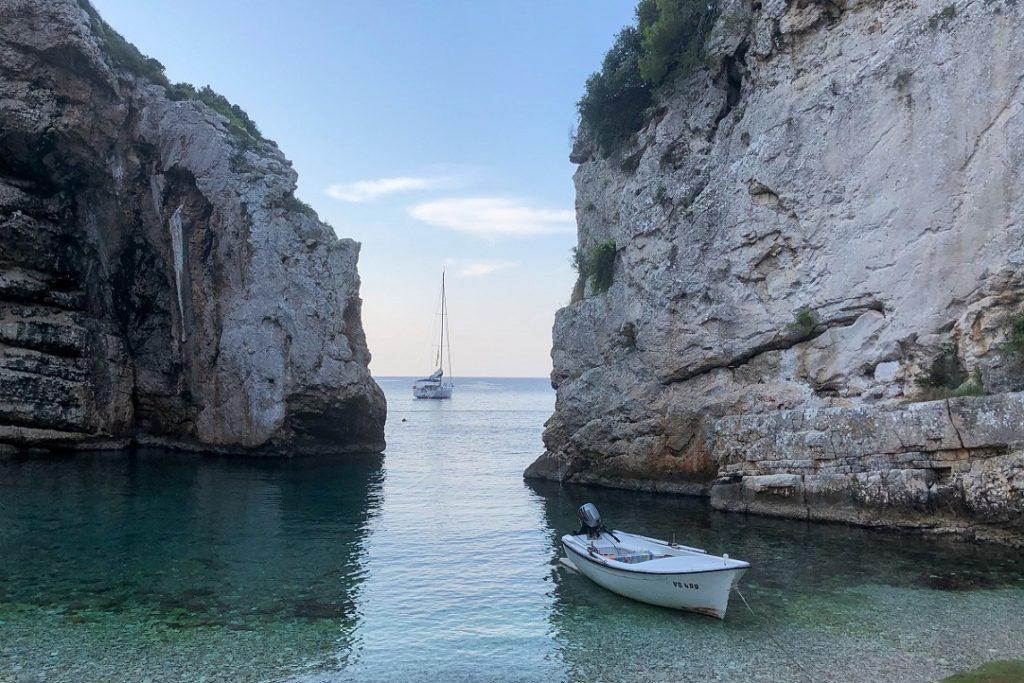 Einsame Bucht mit Yacht Kroatien l sailwithus