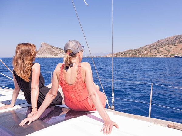 Die Crew lehnt sich auf der modernen Segelyacht zurück und genießt die Aussicht