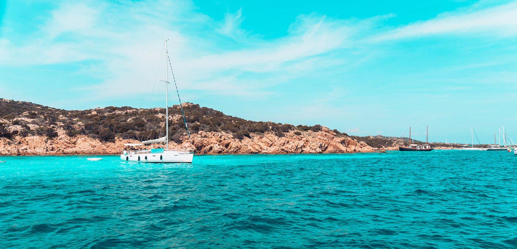 Segelyacht in türkisblauen Wasser | sailwithus