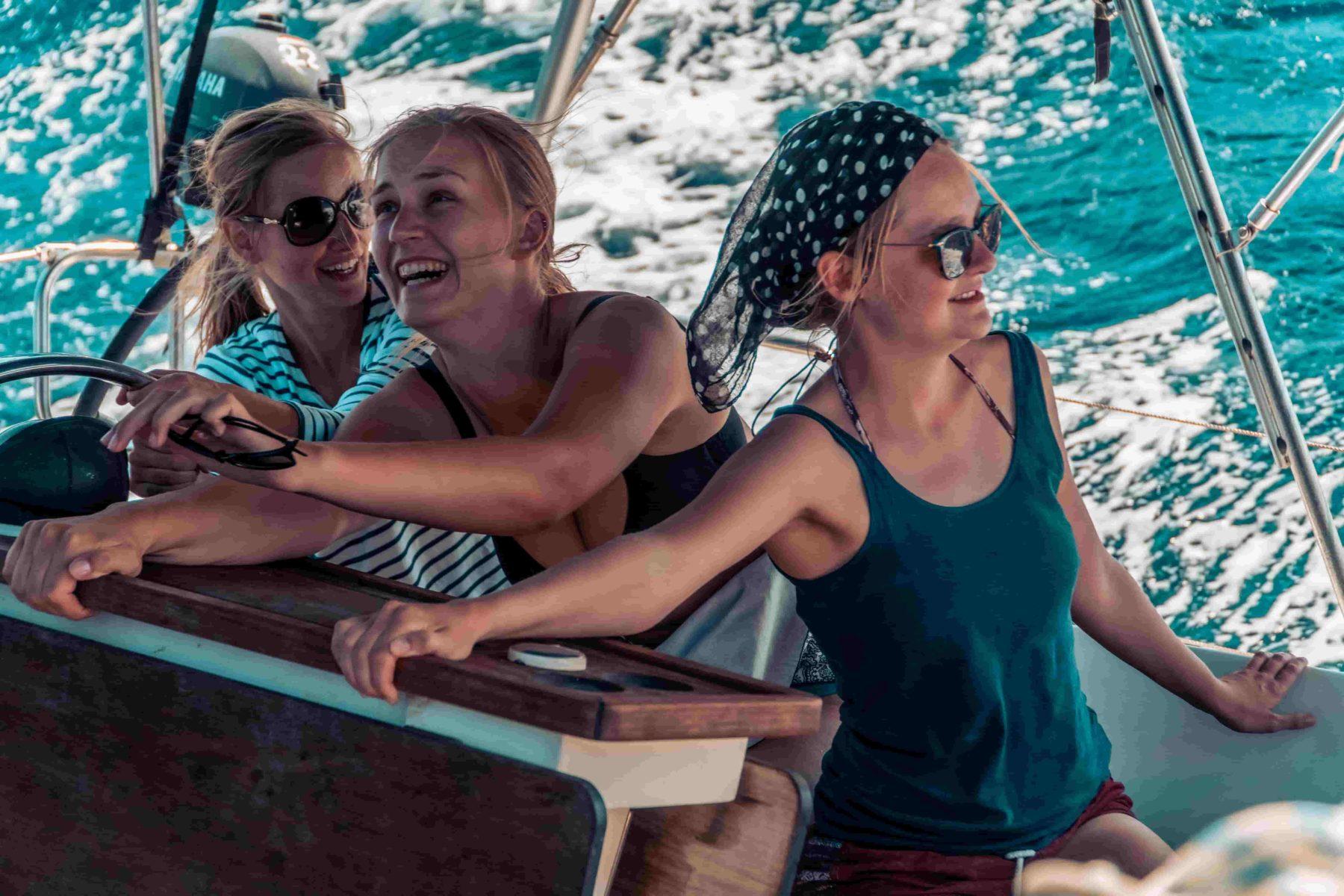 Eine junge Crew bei starkem Wind