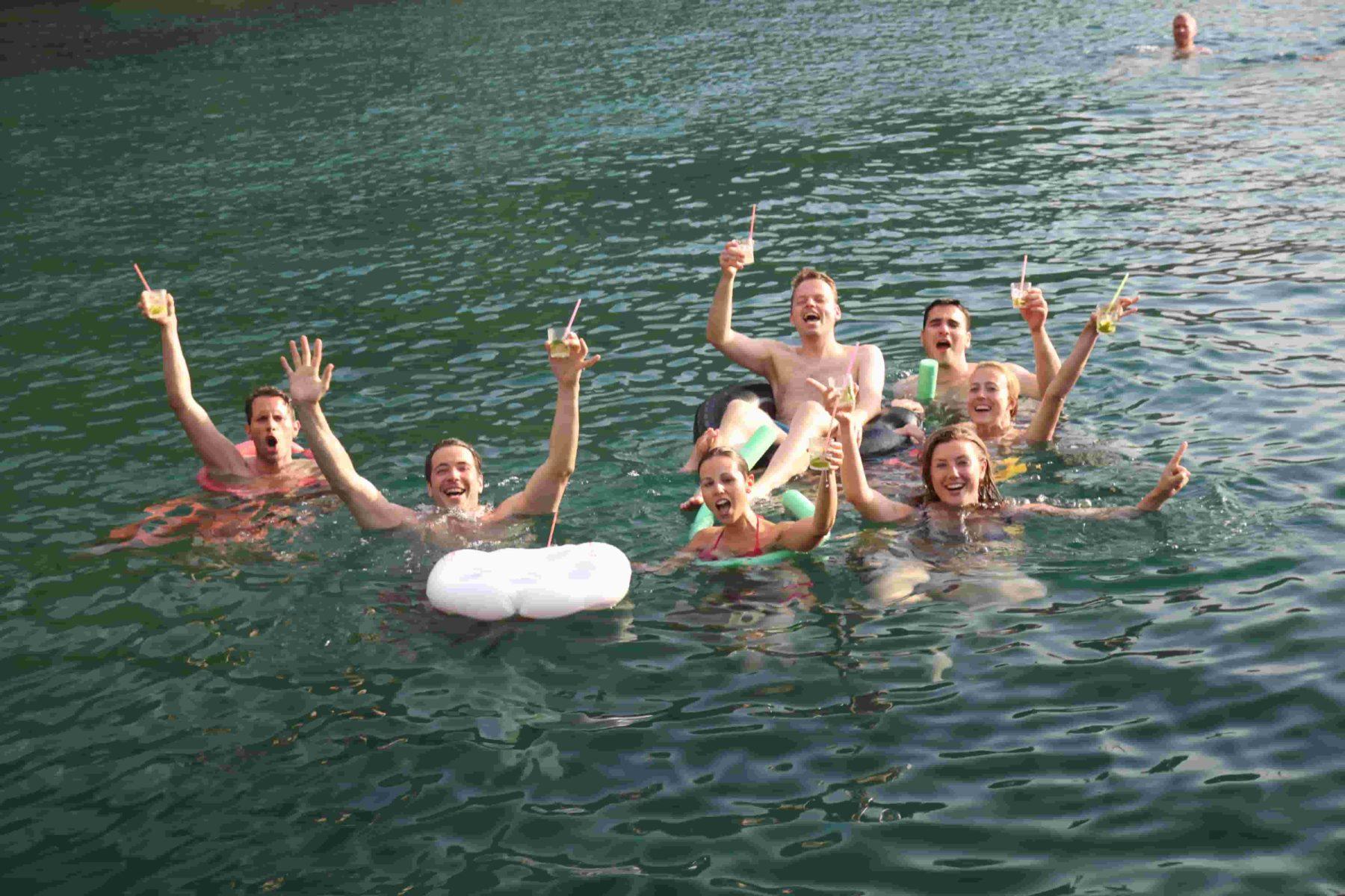 Spaß beim Schwimmen im kristallklaren Wasser