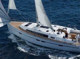 Segelyacht mit 4 Kabinen von Außen bei Segeltörn im Mittelmeer