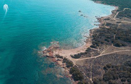 Drohnenaufnahme der Küste Sardinien mit kristallklarem Wasser und schroffer Landschaft