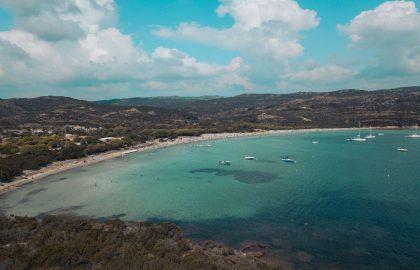 Drohnenaufnahme einer schönen türkisfarbenen Bucht Sardiniens in Italiens MittelmeerDrohnenaufnahme einer schönen türkisfarbenen Bucht Sardiniens in Italiens Mittelmeer