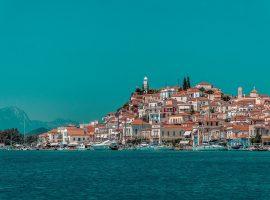 Das malerischer Hafenstädtchen Poros mit dem weißen Kirchturm und tollem Ausblick auf das Festland von Griechenland
