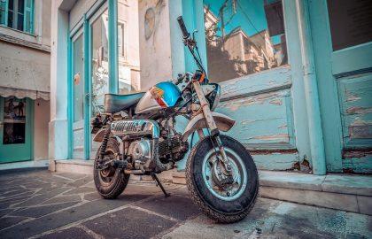 Altes Honda Motorrad in engen Gassen Griechenlands