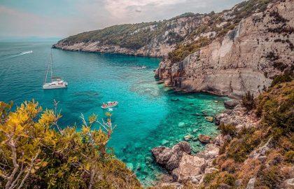 Traumhafte versteckte Bucht mit der Yacht entdecken, kristallklares Wasser lädt zum Schnorcheln ein, tolle Felsformation.