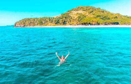 Schwimmen und Schnorcheln vor kleiner grüner Insel in der Karibik, Crewlife