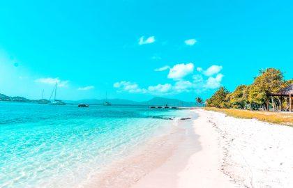 Endloser Sandstrand in der Karibik mit tollen Wasserfarben, ideales Segelgebiet für Mitsegler