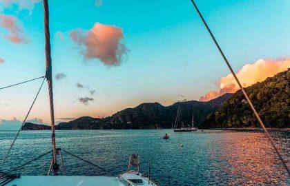 Traumhafter Sonnenuntergang Phuket in Thailand mit atemberaubenden Farben die sich auf der Wasseroberfläche spiegeln