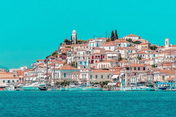 wunderschöner Ausblick auf Stadt in Griechenland von Bord einer Segelyacht | sailwithus