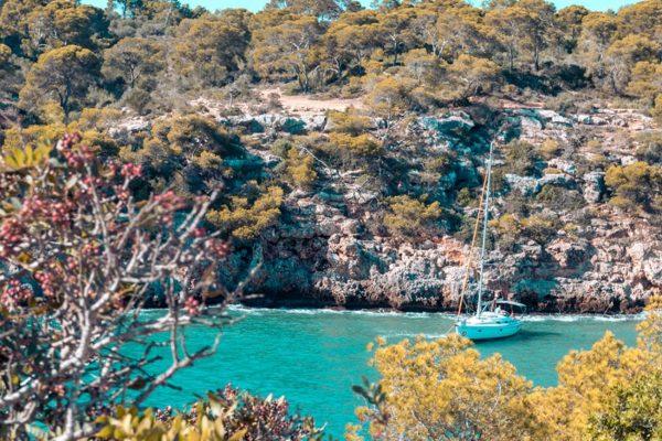 Yacht liegt auf Anker in wunderschöner Naturbucht beim Mitsegeln | sailwithus Mallorca
