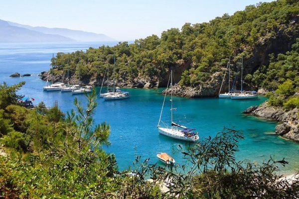 Urlaub genießen in Einer kleinen Bucht im türkisblauen Meer | Mitsegeln Türkei