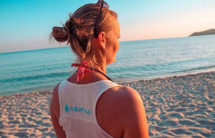 Sailwithuslife am Sandstrand in der Sonne in Griechenland