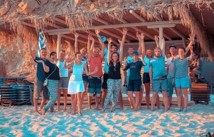 Die Sailwithus Crew an der Beachbar in Griechenland