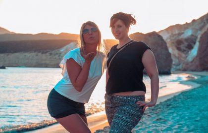 Kussmund am Strand von Griechenland mit tollen Klippen