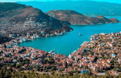 Mediterrane Hafenstadt mit schöner Bucht Türkei