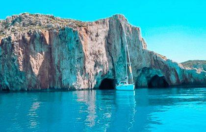 Felsen an der Küste in der Türkei mit Segelyacht