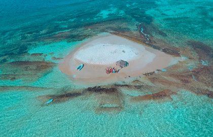 Kleine runde Sandbank mitten im Ozean mit dem Dinghy entdecken, einzigartige Crewerlebnisse