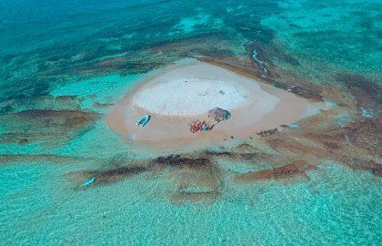 Kleine runde Sandbank mitten im Ozean mit dem Dinghy entdecken, einzigartige Crewerlebnisse   sailwithus