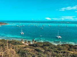 Große Bucht mit vielen Yachten und Katamaranen und tollen Meeresfarben