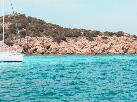 Moderne Segelyacht steht in traumhafter Bucht vor der Küste Sardiniens