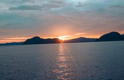 Sonnenuntergang auf dem Segeltörn im thailändischen Golf