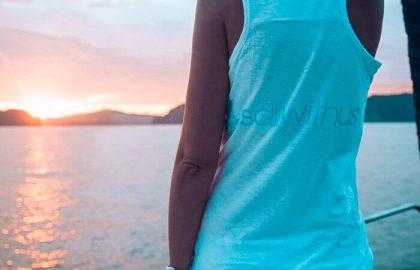 Deine Mitseglerin genießt den Sonnenuntergang an Bord und lässte so einen tollen Segeltag ausklingen