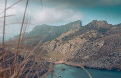 Berge umringen eine kleine Bucht Mallorcas mit kristallklarem Wasser, perfekt für einen Segeltörn