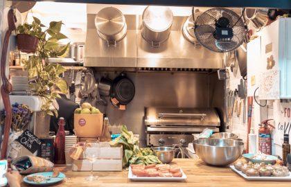 Kleines Familienrestaurant auf Mallorca mit offener Küche, Gaumenschmaus für die gesamt Crew