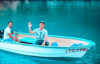 Boot bringt Urlauber an Land im Mittelmeer