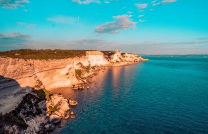 Schroffe Küste Sardiniens mit Blick auf das Festland und das Meer in tollen Farben