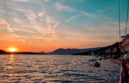 Ein perfekter Sonnenuntergang an Bord der Segelyacht genießen l sailwithus