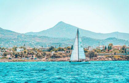 Segeln vor Athen, Vorstadt direkt am Mittelmeer in Griechenland, Berge im Hintergrund auch toll zum Wandern