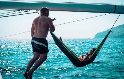 Entspannung in der Hängematte an Bord, Liebe für das Segeln und tolles Glitzern auf dem Wasser